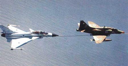 یک فروند جنگنده لاوی در حال سوخت گیری از اسکای هاوک