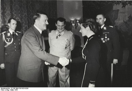مارس 1941- هانا رایتش نشان صلیب آهنین را از آدولف هیتر دریافت می کند.